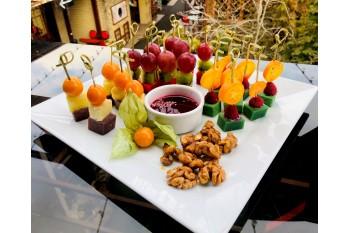 Ассорти из разноцветных сыров с фруктами и физалисом