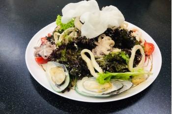 Салат с теплыми морепродуктами