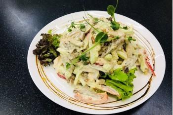 Салат с мясными деликатесами